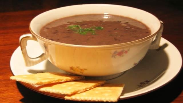 Sopa de Feijão Preto à Moda Mexicana